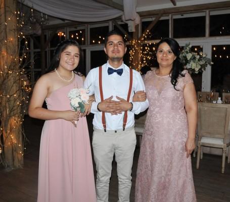 La madre de la novia, Yolanda Aguilar junto a sus hijos, María Celeste Pineda y Luis Miguel Vallecillo