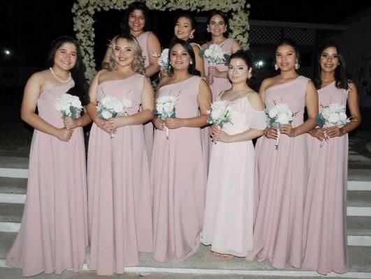 Las damas del cortejo de la novia en una imagen del recuerdo para Farah La Revista