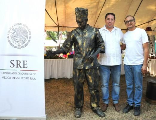 Las estatuas humanas de PTF hicieron alusión a la cocina hondureña y mexicana; José Melo y Damario Reyes, posan junto a una de estas