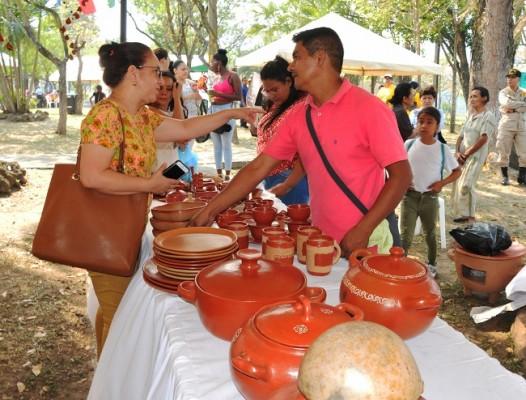 Leonel Santos viajó desde La Campa, Lempira para exponer y comerciar su arte en barro...un talento que desarrolló junto a su madre desde muy niño