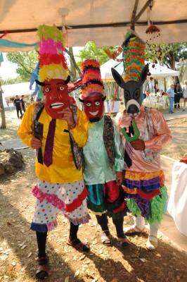 Los Diablitos de Comayagua participaron con El Baile de Los Diablitos en el evento gastronómico, luciendo un vestuario de origen lenca en honor a San Sebastián.