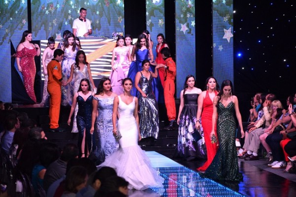 Los seniors de la EIS presentaron su inigualable Runway al estilo interestelar en el Astroworld Fashion Show 2019