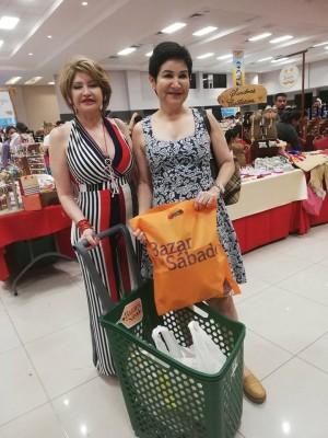 Maritza Rojas con la designda presidencial Maria Antonia Rivera en el Bazar del Sábado