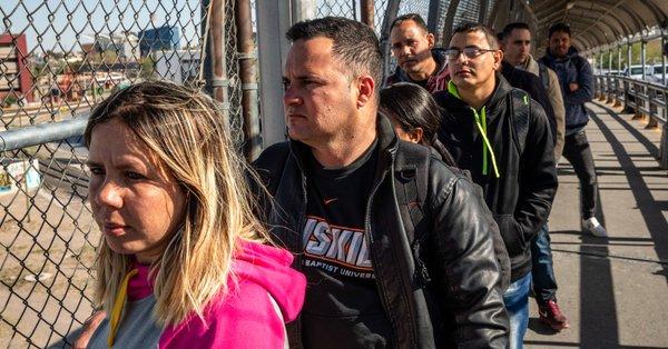 Migrantes cruzan la frontera entre México y EEUU y se entregan a autoridades
