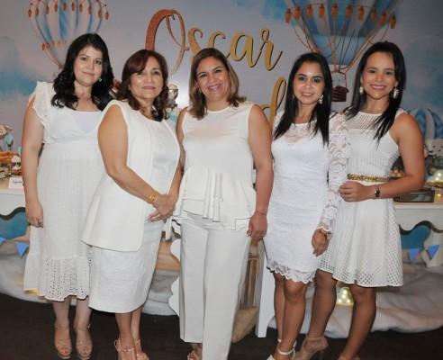 Samantha López, Isaura de López, Dubia Gutiérrez, Gissell López y Jenny López