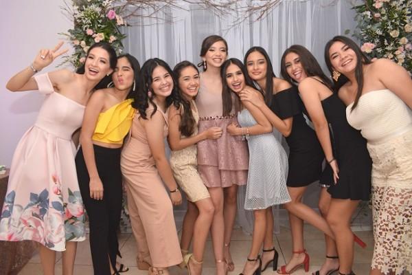 Una imagen del recuerdo de Camila Rocío junto a sus compañeras de estudio en la Franciscan School