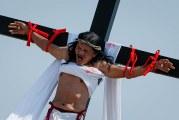 Filipinos se flagelan y crucifican para revivir la pasión de Cristo en viernes Santo