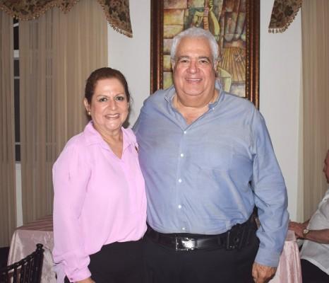 Élida junto a su esposo Kamal Dieck.