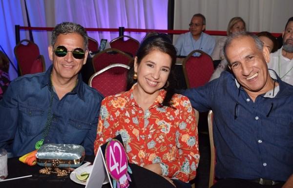 Abraam y Mónica Bueso con Aril Arin Pineda