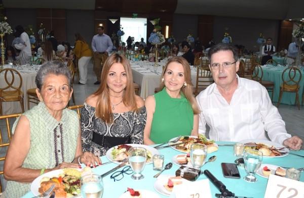 Ana Julia, Marisol y Ana Licona con Hugo Duarte