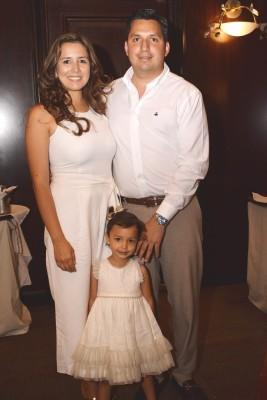 Ana de Henríquez, Mauricio Henríquez y su pequeña Camila