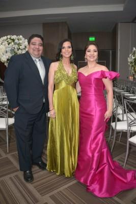Carlos y Patricia Cáceres y Danelia Pitsikalis.