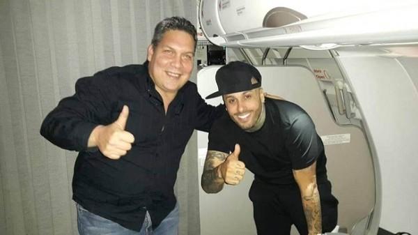 Claudio Rodolfo Bermudez recibiendo a Nicky Jam