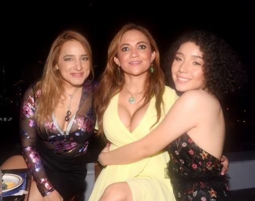 Debbie Gutiérrez, Dunia Otero y la quinceañera, Letizia Acosta Dunaway