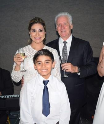 Dulce María Ahn y Paul Ahn, junto a su hijo, Paul Ahn Jr.
