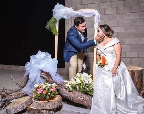 """Eliu Rivera y Kibissay López se unieron en matrimonio civil y ya estan listos para protagonizar especial boda eclesiástica agendada para mañana sábado...nos cuenta un pajarito que la hermana del novio, Keyla Rivera y su mami, serán encargadas de la absoluta planeación, coordinación y decoración (y todo lo que termine con """"ción"""" jijiji) en esta gran noche."""