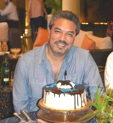 Estuvo de plácemes Sergio Bonilla y fue muy festejado por su esposa Kattia y sus hijos
