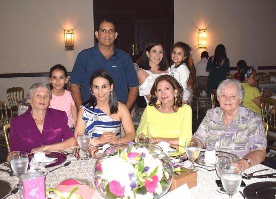 La familia Gabrie-Serrano celebrando el Día de La Madre