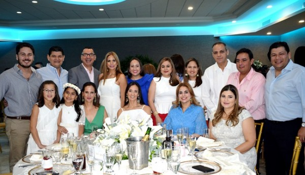 Familiares de la preciosa Luciana Suazo compartieron con ella la alegría al concretar su primera comunión