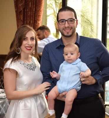 Giries Canahuati y su esposa Mira Bandak de Canahuati en una imagen junto a su pequeño Adrián Emilio