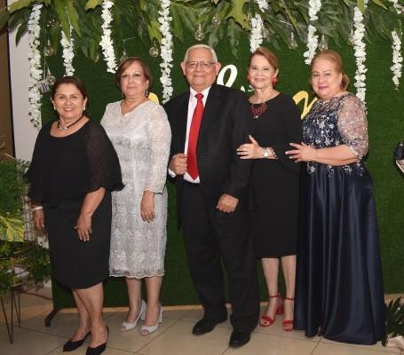 Gloria de Galeano, Brisa Zablah, Leonel Mejía, Susana de Mejía y Rosario Grande