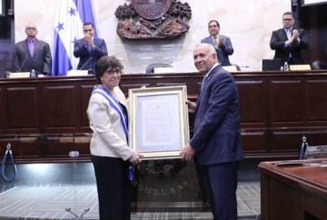 """CN condecora en el grado """"Gran Cruz con Placa de Oro"""" a la embajadora de México"""