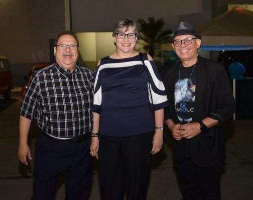 Gustavo y Patricia Castañeda con René Sosa.