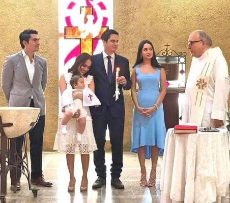 Instantes memorables durante el bautizo del pequeño Ilan Ronen Soto, acompañado de sus padres y padrinos, José Hernández y Ana Cristina Soto