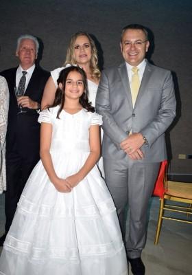 Karina y Leo Castellón junto a la encantadora Ivanna Castellón