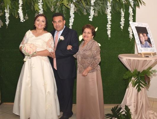 Karla Brigette Figueroa Bustillo y Norman Aaron Rodríguez Ramos, junto a su madre, Casta Leonor Flores