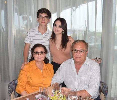La familia Membreño-Paz agasajo a su madre y esposa en su día