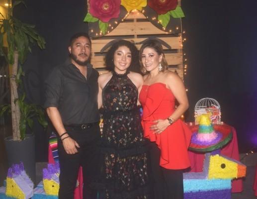 La quinceañera, Letizia Acosta Dunaway, acompañada de sus padres, Omar Acosta y Cheryl Dunaway de Acosta