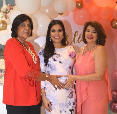Las futuras abuelas Xiomara Kafie y Liseth Mahomar junto a Liseth Duran de Rivera.