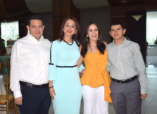 Lester, Waleska, Nicole y Lester Jr. Aguilar.