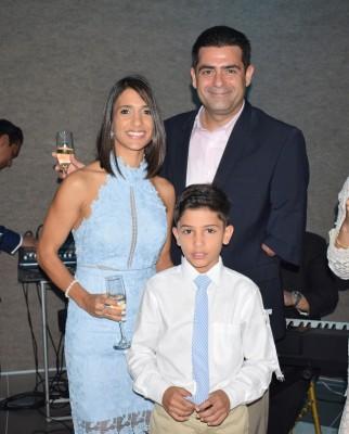 Lille Rietti de Abufele y Antonio Abufele, acompañados de su hijo, Marcello Abufele Rietti