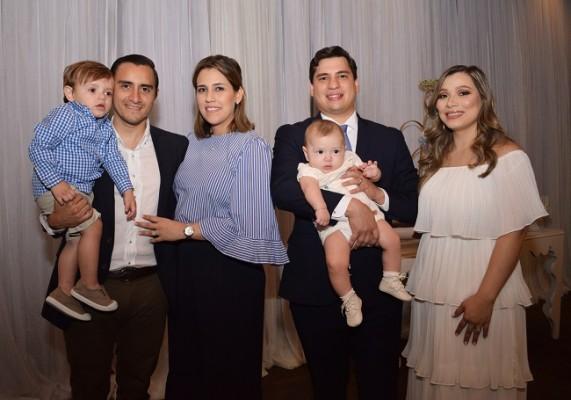 Luis Guzman, Paty de Guzman y su pequeño Lucas Andrés Guzman, acompañados de los esposos Echeverri Valle y su bebé Roberto Antonio