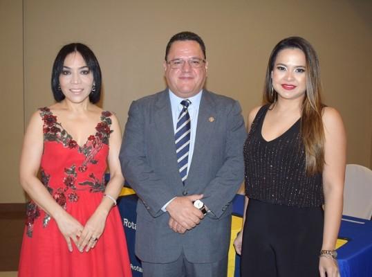 María Luisa de Fernández, Tony Medina y Anny de Andino.