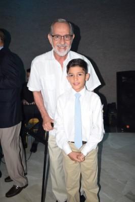 Celebrando su primera comunión: Marcello Abufele Rietti junto a su abuelo, Marco Rietti.