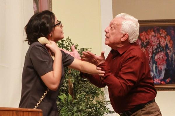 Margarita ha recibido una misteriosa llamada mientras el abuelo Roque husmea.