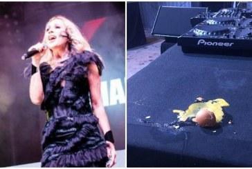 La cantante española Martha Sánchez sufre atentado de huevos en concierto