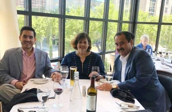 Pedro Cobos celebrando el día de la madre con su esposa y su hijo