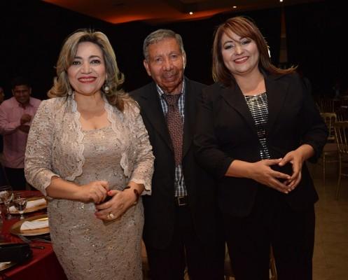 Dina Bulnes, Salomón Salguero y Karina Interiano.