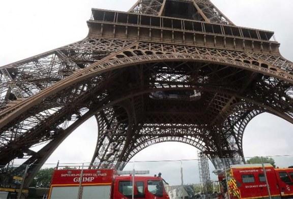 Cierran la Torre Eiffel y evacuan turistas por la presencia de un hombre escalando el monumento