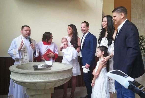 Uno de los momentos más emotivos durante la ceremonia de bautizo del pequeño Roberto José