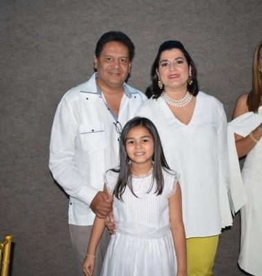 Violeta y Jorge Rivera posan junto a su preciosa Violeta