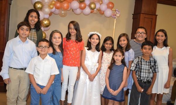 Adriana María celebró su primera comunión acompañada de amistades y familiares