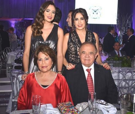 Alessa Matuty, Tricia Matuty, doña Nena Marinakys de Diaz Lobo y Alberto Diaz Lobo.