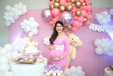 Abrazos y besos en el baby shower de Carol Trochez de Galo