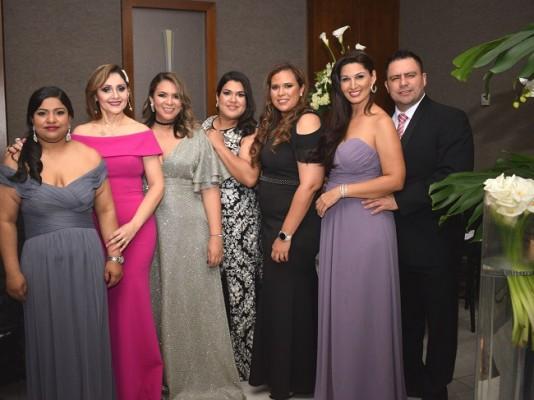 Claudia Ávila, Sonia Amador, Pamela Antúnez, Kriss Batista, Ruth Aquino, Olenka Fuschich y Mario Mejía