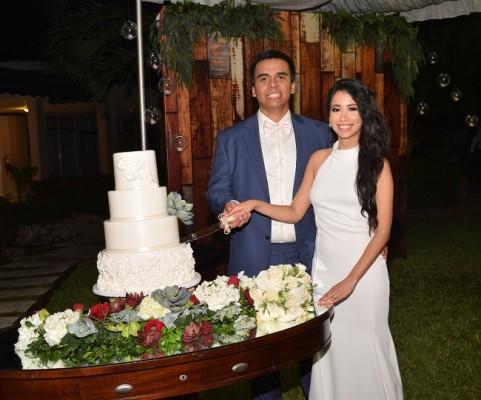 Claudia Patricia y Eduardo compartieron con su íntimo círculo social su pastel de bodas, elaborado exclusivamente para la ocasión por Hanan Canahuati